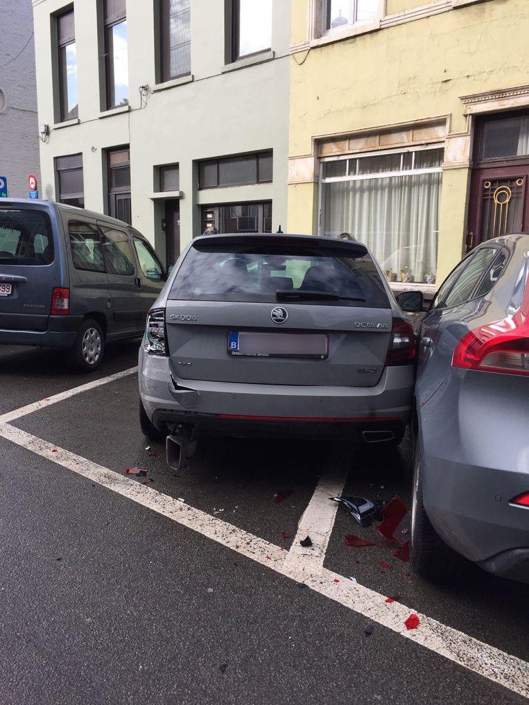 De Skoda van Seppe Smits belandde door de klap tegen de auto van de buren.