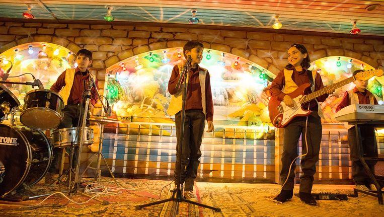 The Idol begint met Assafs leven als jongen in Gaza, die met zijn zus Nour en vriendjes een bandje begint Beeld -