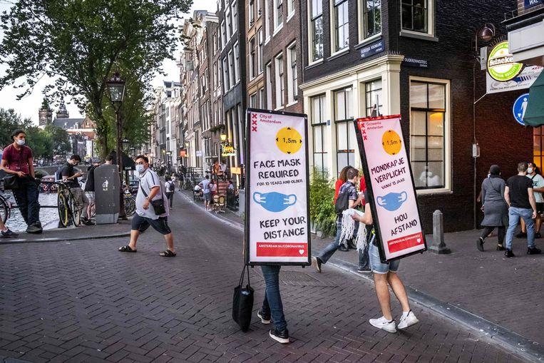 Beeld van een mondmaskerplicht op de Wallen in Amsterdam.