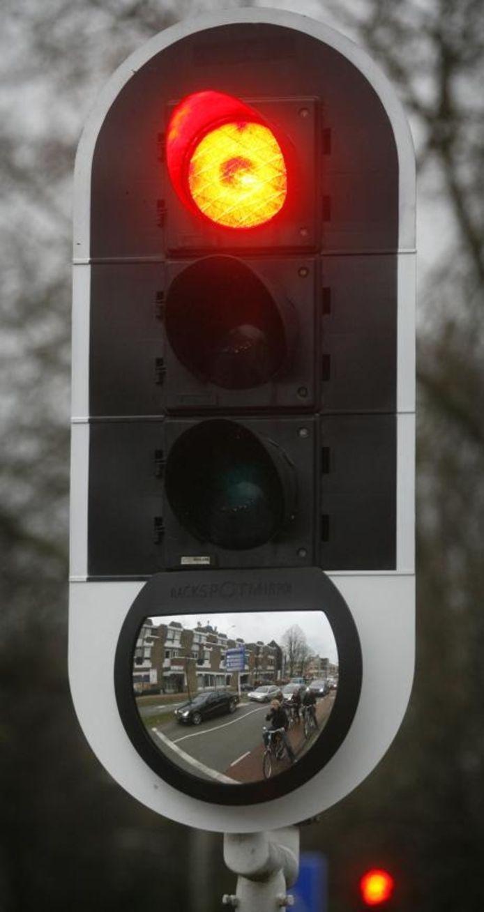 Ook op de T-kruising Geldropseweg - Petrus Dondersstraat heeft het verkeerslicht een blackspot mirror gekregen.