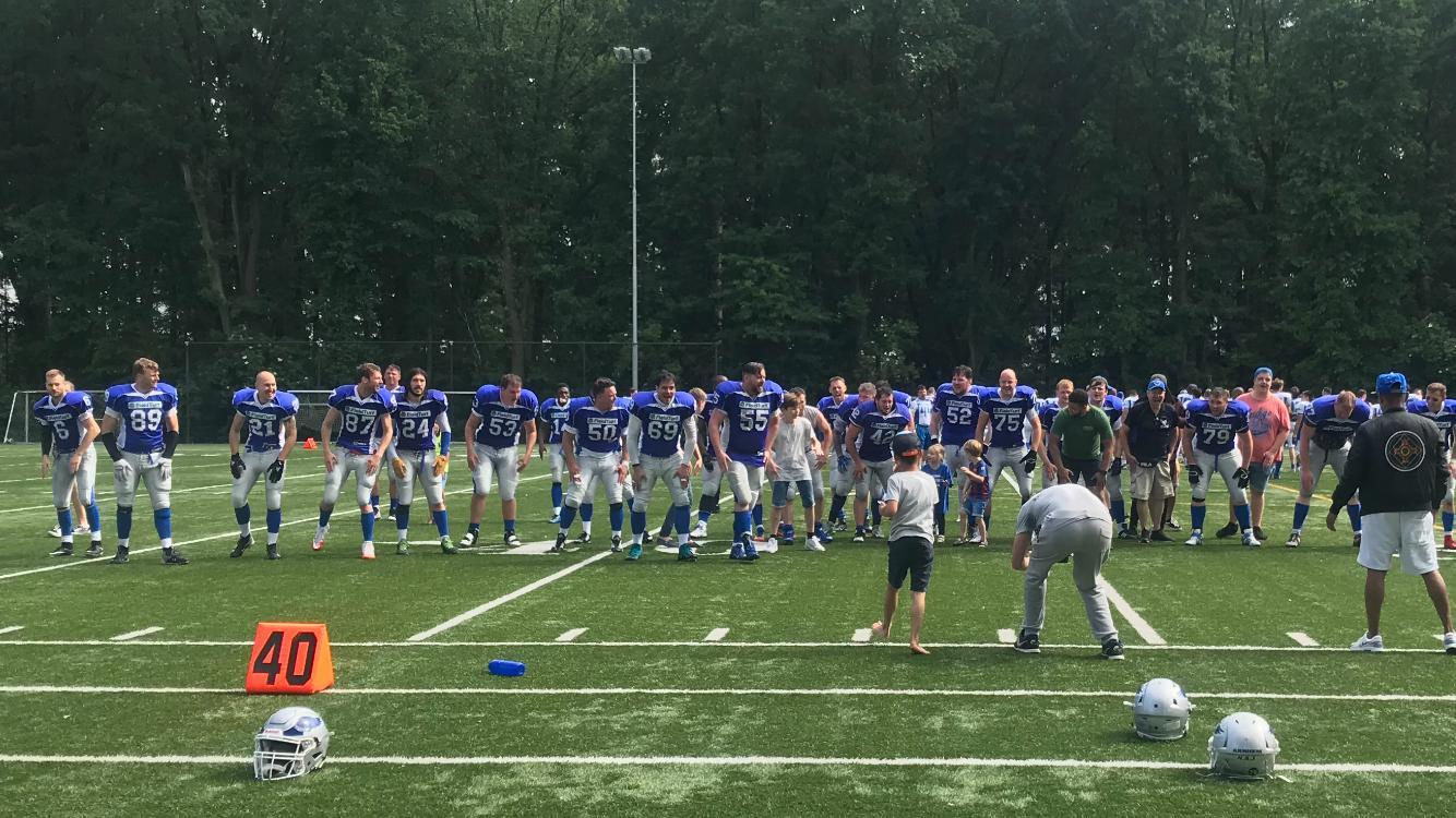 Spelers van Arnhem Falcons bedanken het publiek na de cruciale zege op Hilversum Hurricanes.