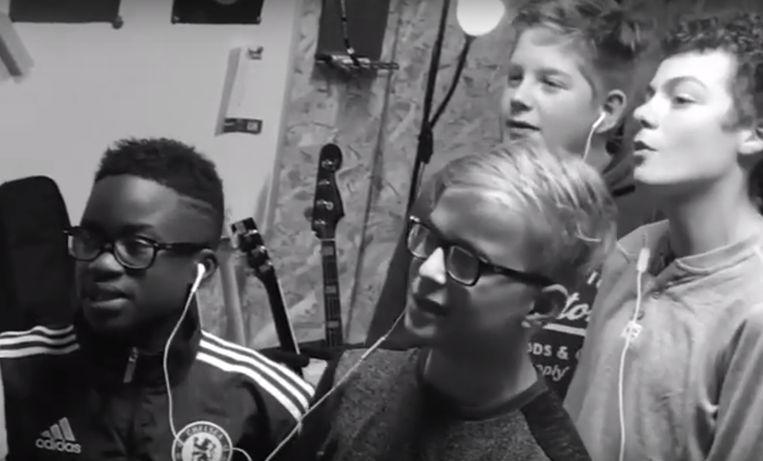 De jongens in de opnamestudio.