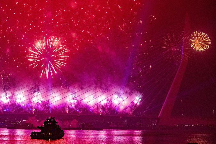 De vuurwerkshow op de Ersmusbrug, vorige jaarwisseling.