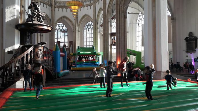 Springen op luchtkussens in de Eusebiuskerk.