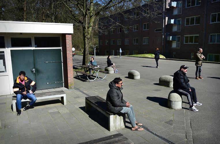 Asielzoekers bij het AZC in Wageningen. Het COA zegt zich niet te herkennen in het beeld asielzoekers onder druk te zetten. Beeld Marcel van den Bergh