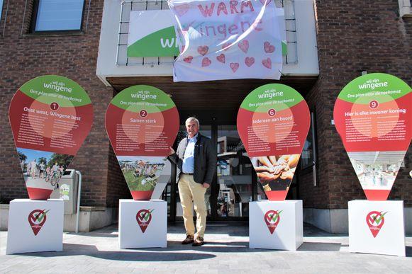Burgemeester Hendrik Verkest tussen de vier pijlers van het meerjarenplan van Wingene. Het relanceplan is volgens diezelfde vier pijlers opgemaakt