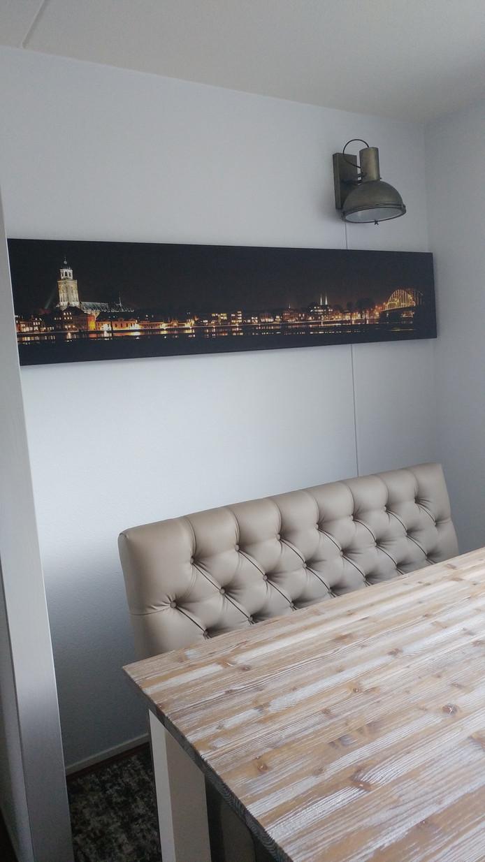 Leandra ten Kleij heeft een nachtelijke skyline van Deventer in haar huis hangen.