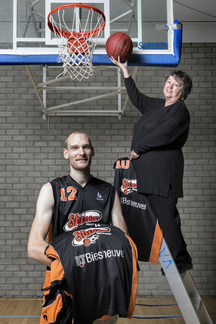 Kees Akerboom met Jo Biezemans, vrijwilligster bij Shooters.