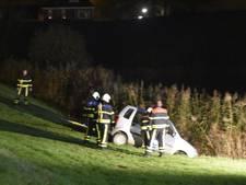 Hulpdiensten slaan groot alarm in Woudrichem door auto van de weg