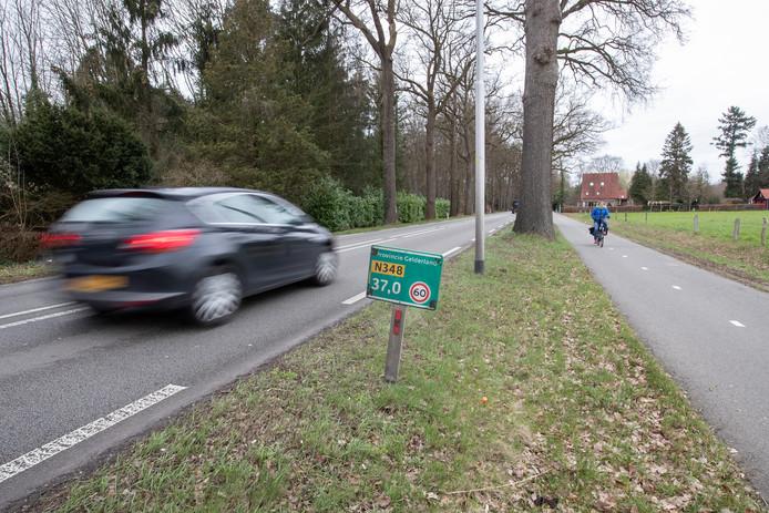 De provinciale weg N348 tussen Zutphen en Deventer. Naast de weg ligt het huidige fietspad tussen beide Hanzesteden.