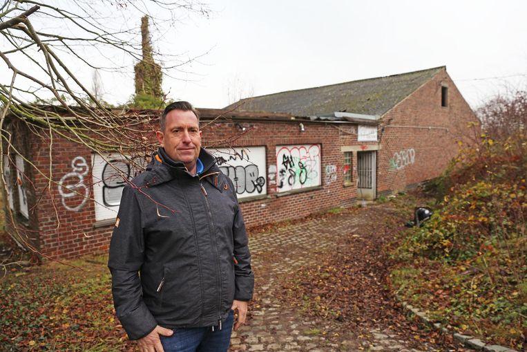 Eigenaar Marc Dieleman bij de leegstaande loodsen van de voormalige champignonkwekerij.