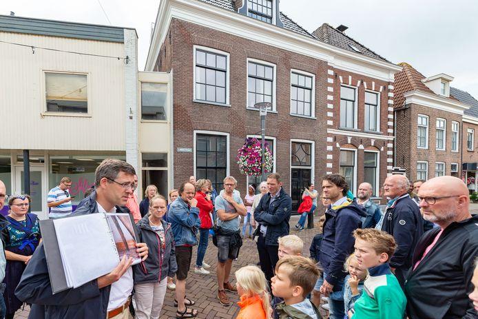 Gert Jan Westhoff maakt een stadswandeling door Genemuiden waarin hij vertelt over de bijzonderheden, zoals de  woning aan de Langestraat, het hoogste punt in de stad.