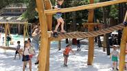 Kinderen spelen nieuwe toestellen Galbergen officieel in
