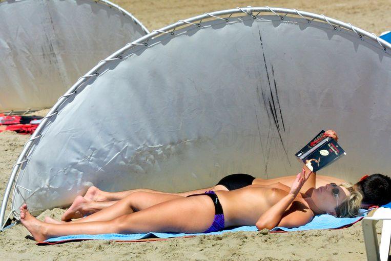 Zonnen op strand van Zandvoort, in 2000. Beeld Hollandse Hoogte