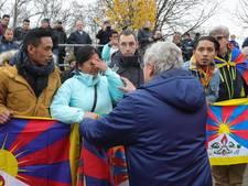 China onder-20 loopt van het veld vanwege Tibetaanse vlaggen