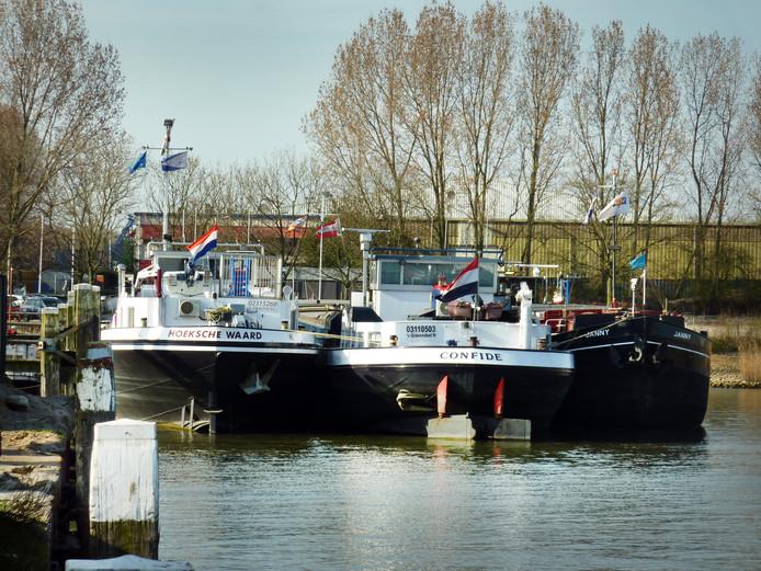 De haven in 's-Gravendeel  is weer veilig voor scheepvaartverkeer.
