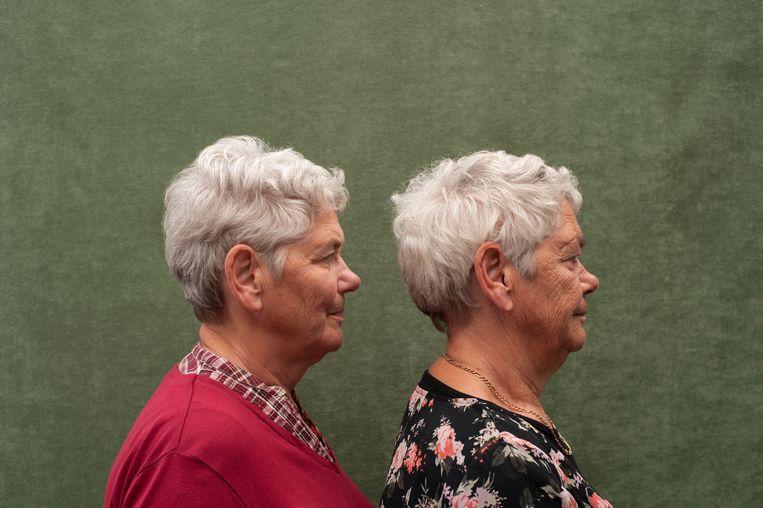 Anneke Koster de Vries (rechts) en Mieke de Vries zijn een eeneiige tweeling van 68 jaar oud uit Kampen. Mieke heeft nooit gerookt. Anneke rookt sinds haar 19de jaar tot aan de dag van vandaag zo'n twintig sigaretten per dag en dat is te zien in haar gezicht. Ze oogt ouder dan haar zus want heeft meer rimpels, vooral op haar wangen, rond haar ogen (kraaienpootjes) en op haar voorhoofd. Ook heeft ze meer pigmentvlekken. Dit portret van de tweeling is gemaakt door fotografe Monique Eller, voor haar project TWINdependence, waarmee ze de invloed van levensstijl op het verouderingsproces bij identieke tweelingen vastlegt. Beeld Monique Eller