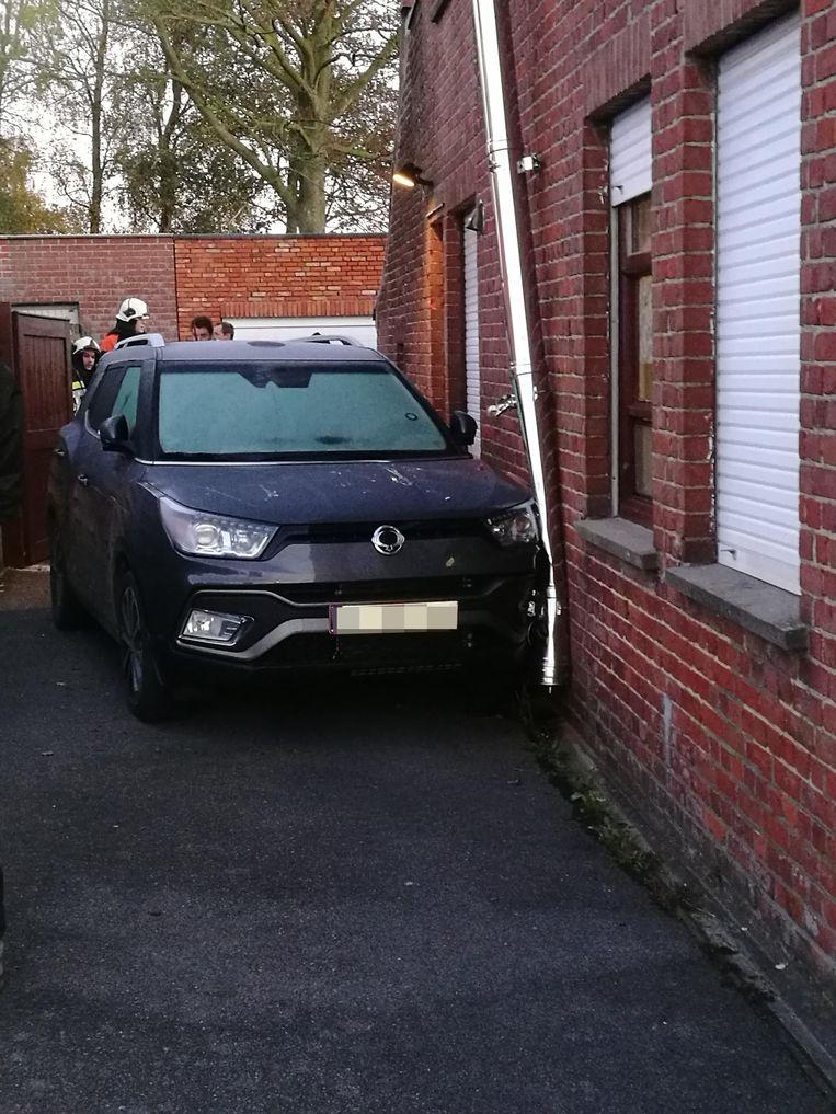 De man kwam gekneld te zitten tussen het portier van zijn auto en zijn gevel.