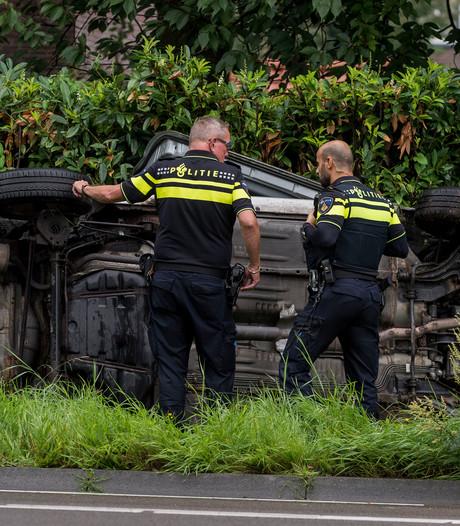 Auto belandt op zijkant in berm in Oldenzaal