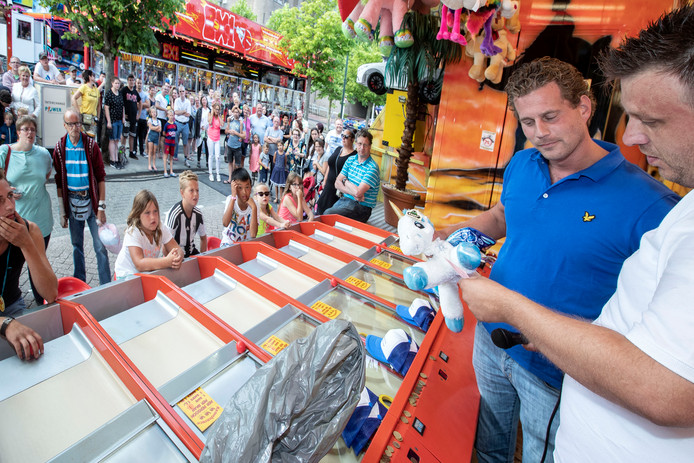Jopie Oudsen (blauw shirt) trekt de winnaars van de loterij.