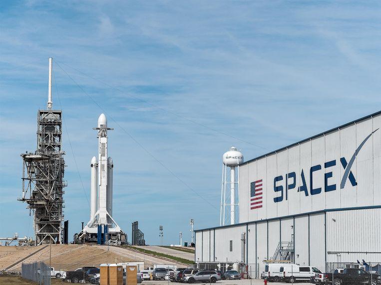 De Falcon Heavy-raket op Cape Canaveral, daags voor de lancering.