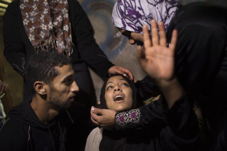 Een moeder wordt getroost, haar zoontje overleed aan zijn verwondingen na een luchtaanval in het noorden van Gaza. Beeld ap