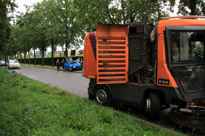 Een beschonken automobilist is in Veenendaal achterop een bezemwagen gereden.