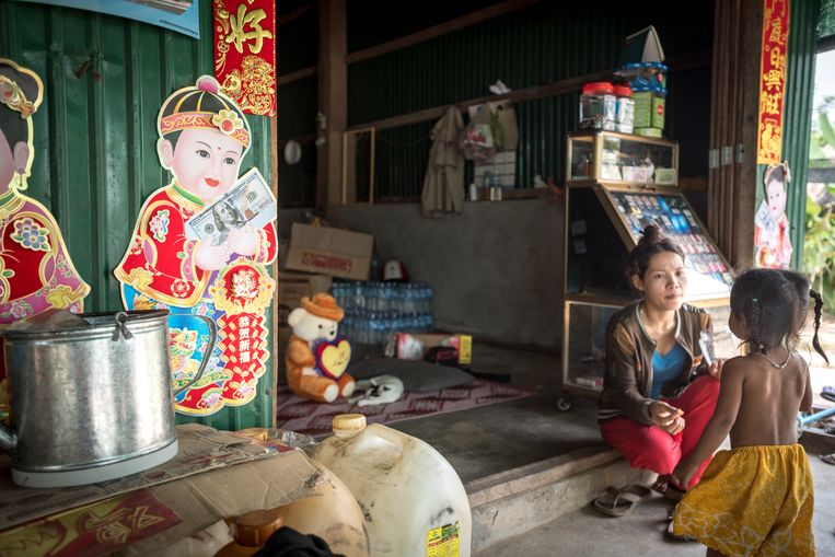 Een winkeltje in Trapeang Rung in Cambodja staat vol Chinese spullen. Beeld Hollandse Hoogte / Rowin Ubink