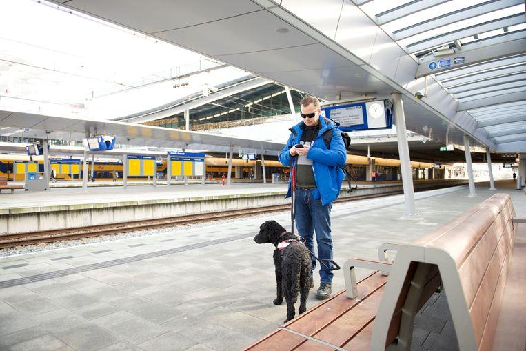 Peter Waalboer (41) uit Leiden is sinds negen jaar volledig blind en reist gemiddeld zo'n twee tot drie keer week met het spoor.  Beeld NS
