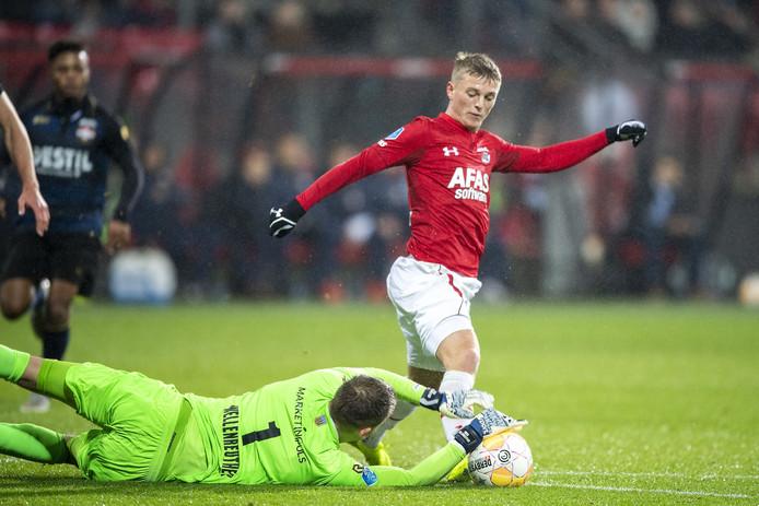 Timon Wellenreuther probeert Albert Gudmundsson af te stoppen.