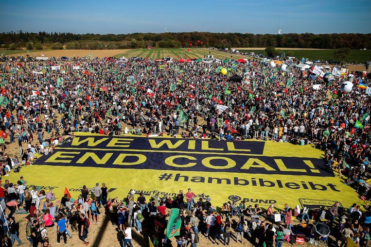 In het Bos van Hambach, in het westen van Duitsland, zijn vandaag duizenden manifestanten samengekomen om te protesteren tegen ontbossing om de ontginning van bruinkool mogelijk te maken.