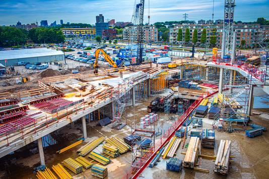 Vanaf het hoogste punt, de bioscoop in aanbouw, kijk je vanuit de Mall of the Netherlands in Leidschendam naar de skyline van Den Haag en dichterbij de Heuvelweg en de N14.