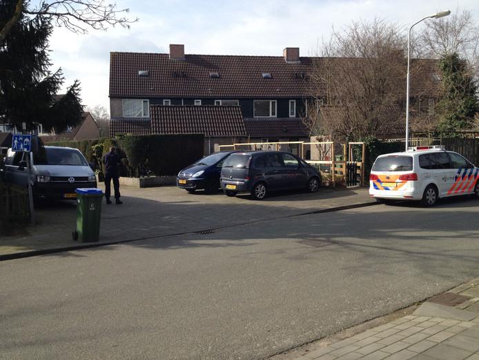 De politie doet dinsdagmiddag onderzoek rond het overvallen huis Ede.