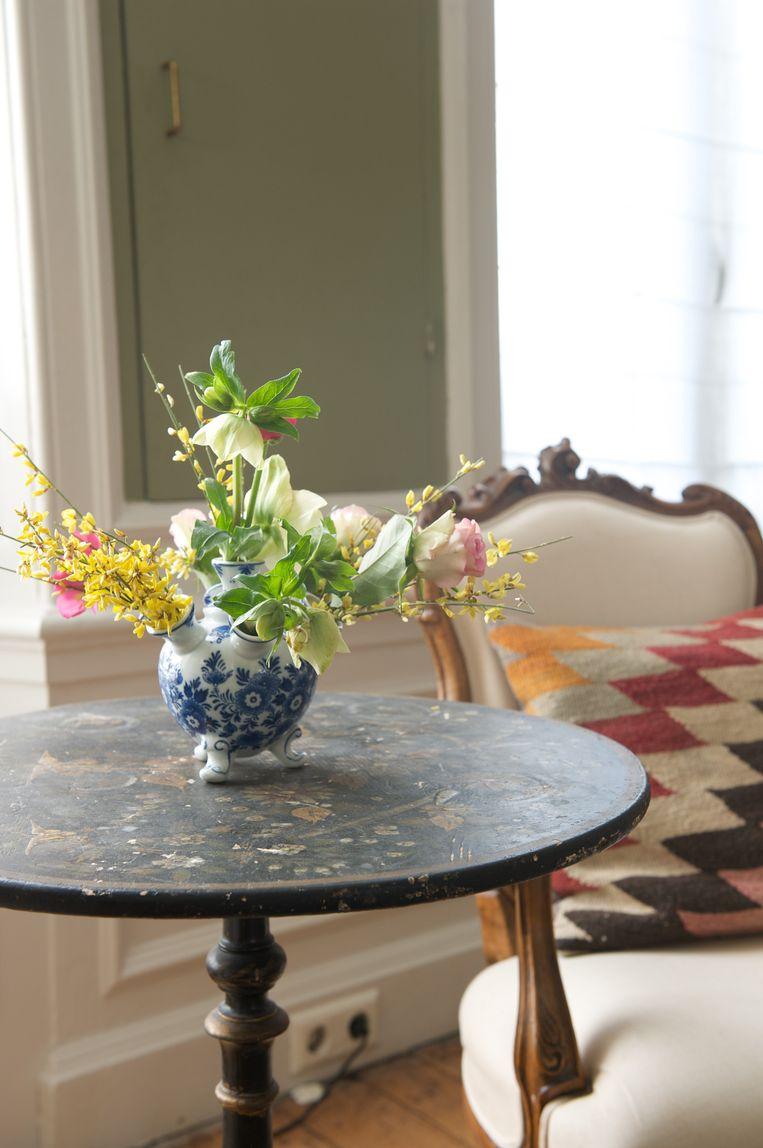 'Ik heb drie tulpenvazen, ze passen goed bij dit 17de-eeuwse huis.' Beeld Anke Leunissen
