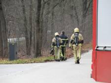 Leidingbreuk op kruising Rijssenseweg-N350 bij Holten veroorzaakt flinke gaslucht, netbeheerder Enexis ter plaatse