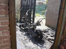 Scooter en schutting in Deventer verwoest