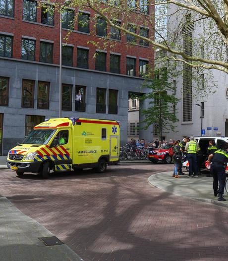 Vrouw zwaargewond na aanrijding met vuilniswagen, kindje ongedeerd