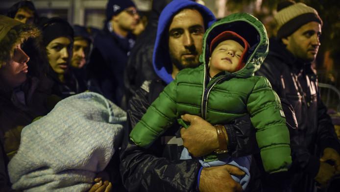 Vluchtelingen bij de grens tussen Macedonië en Servië.