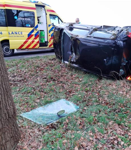 Auto slaat over de kop bij Warnsveld: bestuurder wonder boven wonder slechts lichtgewond