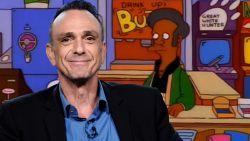 """Hank Azaria neemt afscheid van 'Simpsons'-personage Apu: """"Toen ik besefte hoe mensen over hem dachten, wilde ik niet meer meewerken"""""""