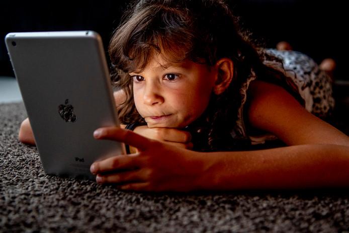 Kinderen zitten zo vaak 's avonds op hun mobiel of tablet, dat ze te weinig slaap krijgen