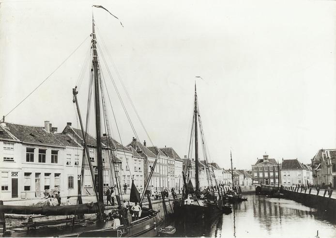 Zicht op de Noordzijde Haven van Bergen op Zoom in de tijd dat die nog niet gedempt was.