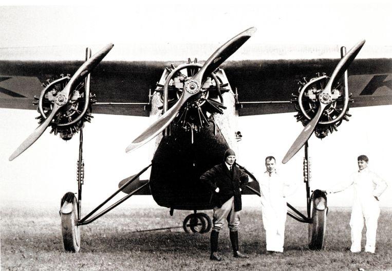 Edsel Ford (uiterst rechts) poseert met Tony Fokker (uiterst links). Beeld