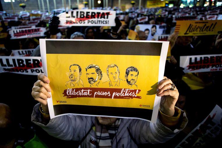 Een Catalaanse demonstrant vraagt de vrijlating van de veroordeelde separatistische politici en leiders, met onder andere Junqueras links op de afbeelding.