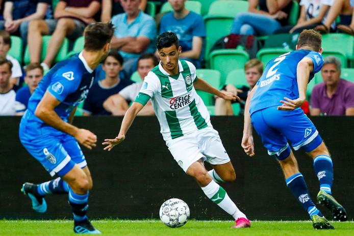 Tim Breukers probeert samen met Robin Pröpper FC Groningen-aanvaller Mo El Hankouri van de bal te krijgen.