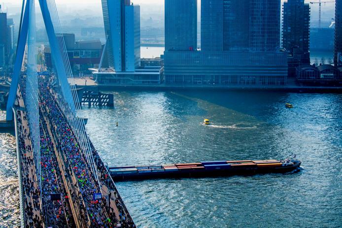 Lopers gaan over de Erasmusbrug tijdens de NN marathon van Rotterdam