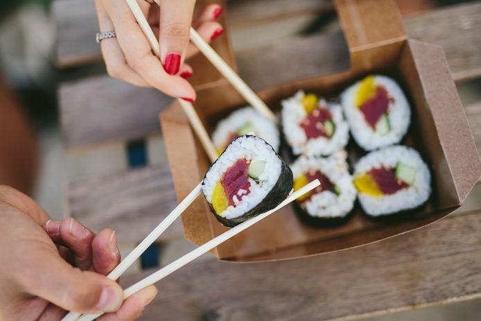 Sushi maak je met rijst en verse vis en/of groente.