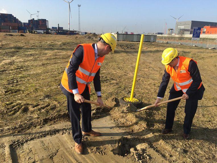 Algemeen directeur Boris Verbeke en Peter Van de Putte van de Maatschappij Linkerscheldeoever mochten samen de eerste spadesteek zetten.