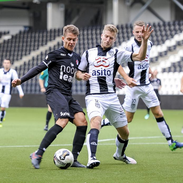 Kai Huisman (links) in duel met Wout Droste tijdens een wedstrijd met de beloften van FC Emmen.
