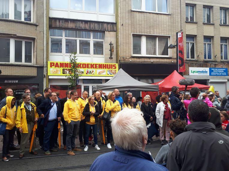 Zowel Antwerps burgemeester Bart De Wever (N-VA) als staatssecretaris Theo Francken (N-VA) namen een kijkje op de Reuzenstoet in Borgerhout.